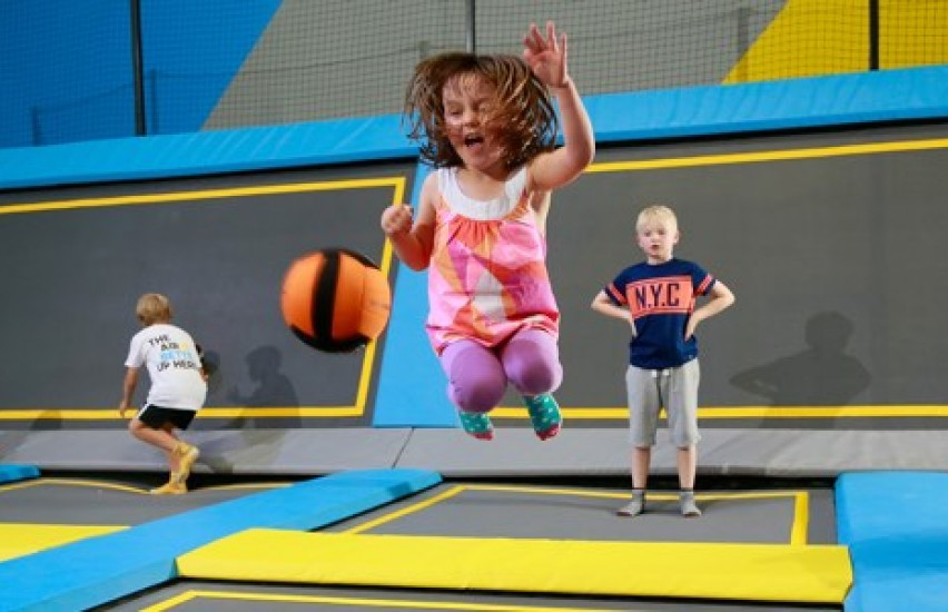toddler jumps on trampoline at little o session at oxygen freejumping